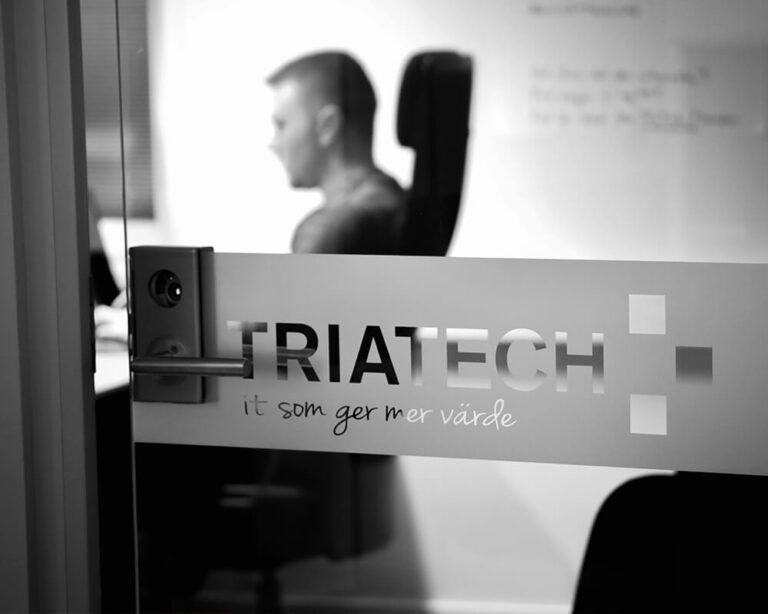 Dan sitter vid dator i Triatech och gör omvärldsbevakning